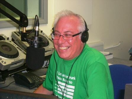 SUPERSONIC  70s with GEOFF DORSETT. LUNDI et VENDREDI à 22H30 sur la webradio Salut les Sixties la Radio .Geoff Dorsett a commencé sa carrière à l'âge de DJ à l'âge de 13 ans . Pendant  60 ans à travers ses voyages rencontré  et interviewé les plus grands artistes que comptent le Rock and Roll , The Animals,Kinks, Spencer Davis, Roy Orbison, Chuck Berry et beaucoup d'autres .  Fin des années 60, Geoff était chroniqueur sur la  BBC .En 1974 il est devenu l'une des premières voix de Radio Hallam lorsque la station a été lancée. Geoff a également travaillé sur Q102 en Floride, Etats-Unis et KZUN à Dallas.  Dans les années 80 on pouvait  l'entendre sur la  radio pirate The  Sunshine Radio.