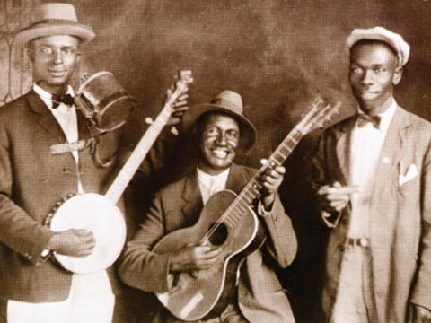 le Jug band groupe de musiciens qui utilisent à la fois des instruments traditionnels et des instruments bricolés.